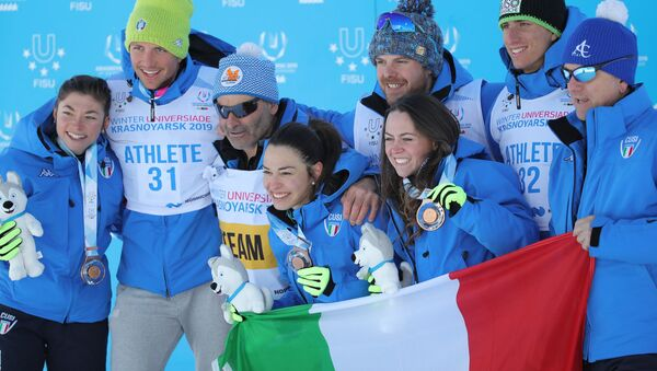 La gioia della squadra italiana per il bronzo nella staffetta femminile dello sci di fondo - Sputnik Italia