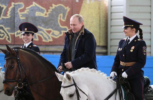 Il presidente russo Vladimir Putin in visita al Primo reggimento operativo della polizia del ministero degli Interni a Mosca. - Sputnik Italia