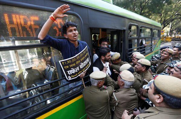 La polizia ferma gli attivisti che chiedono le dimissioni del primo ministro indiano Narendra Modi e il ministro della Difesa Nirmala Sitharaman con le accuse della corruzione nell'affare dei caccia Rafale con la Francia, a New Dehli, India. - Sputnik Italia