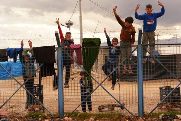 Bambini nel campo rifugiati siriano ed iracheno Barika vicino alla città di Suleimania, Iraq. - Sputnik Italia