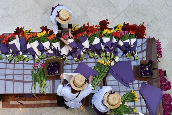 Tulipani vengono venduti per l'8 marzo, festa della donna, a Mosca. - Sputnik Italia