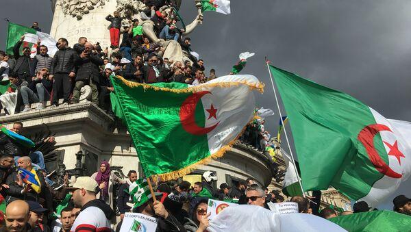 Terza dimostrazione della comunità algerina a Parigi contro il 5° mandato di Bouteflika, 10 marzo 2019 - Sputnik Italia