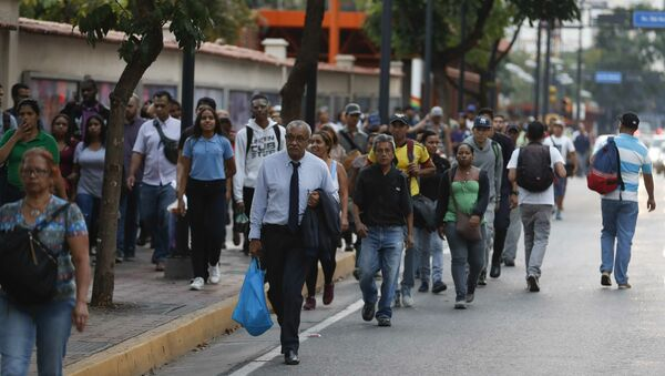 People walking along an avenue after a power outage in Caracas, Venezuela, Thursday, March 7, 2019. A power outage left much of Venezuela in the dark early Thursday evening in what appeared to be one of the largest blackouts yet in a country where power failures have become increasingly common - Sputnik Italia