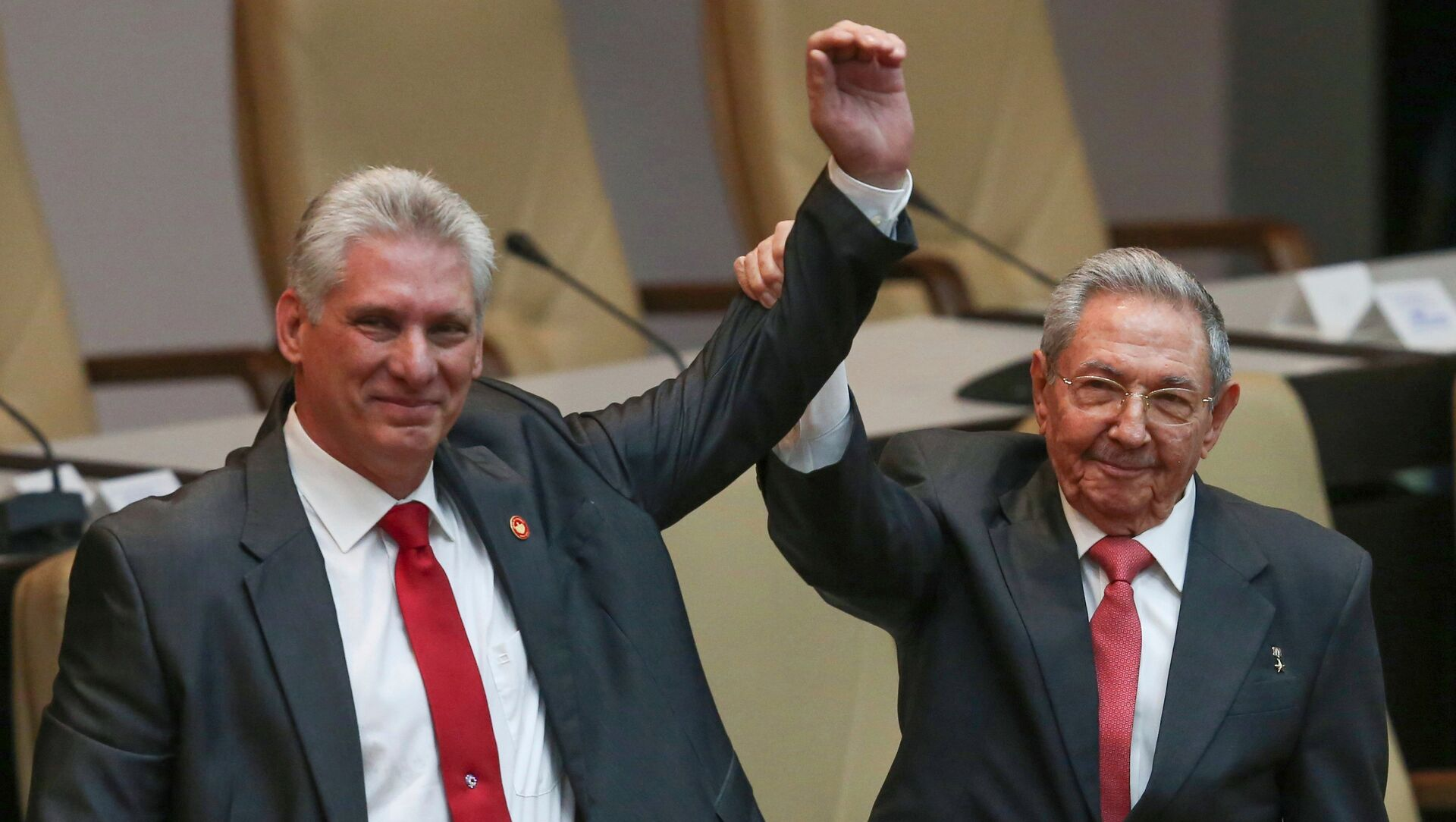 Cuba's outgoing President Raul Castro, right, and new President Miguel Diaz-Canel raise their arms in unison at the National Assembly in Havana, Cuba, Thursday, April 19, 2018. - Sputnik Italia, 1920, 19.04.2021