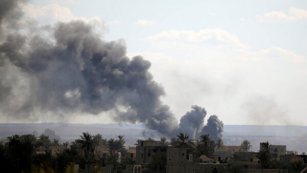 Black plumes of smoke rise in Baghouz, Deir Al Zor province - Sputnik Italia
