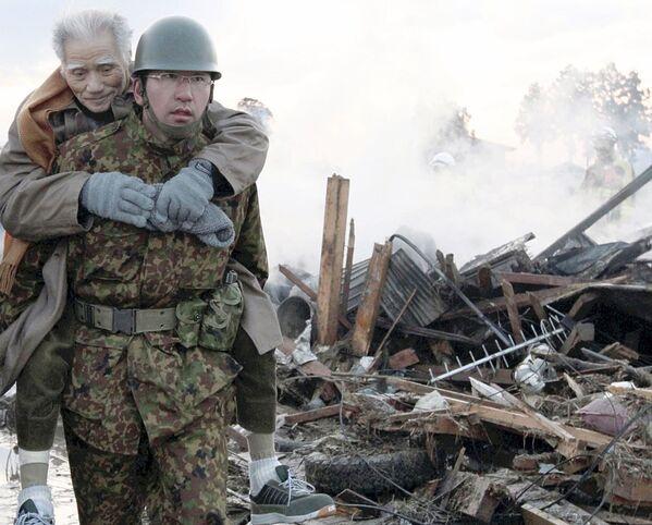 Militare porta in salvo un anziano vittima del terremoto - Sputnik Italia