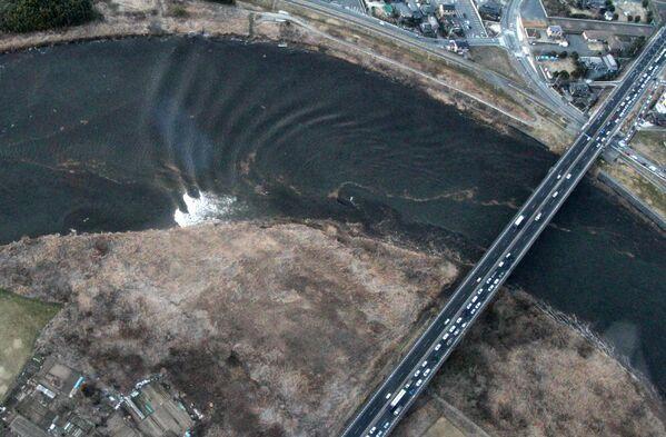 Propagazione dell'onda tsunami sul fiume Naka nella città di Hitachinaka - Sputnik Italia