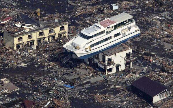 Imbarcazione turistica finita sopra un edificio nella città di Otsuchi - Sputnik Italia