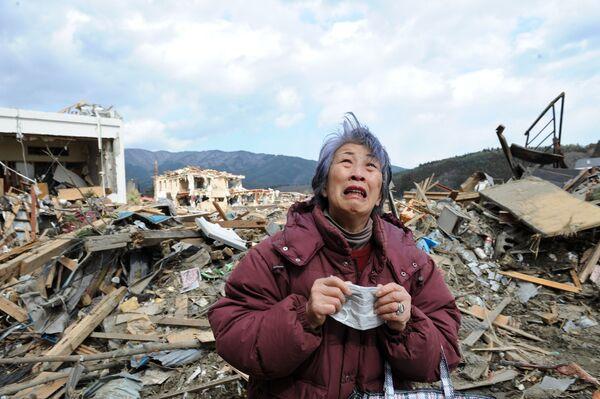 Donna disperata a Rikuzentakata nella prefettura di Iwate, 8 giorni dopo la tragedia - Sputnik Italia