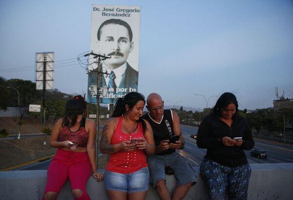 Persone che cercano il segnale per i cellulari sul cavalcavia dell'autostrada - Sputnik Italia