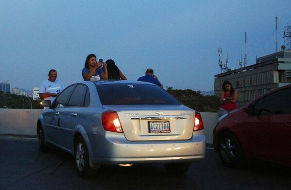 Abitanti di Caracas sull'autostrada cercano di ricevere il segnale dei cellulari - Sputnik Italia