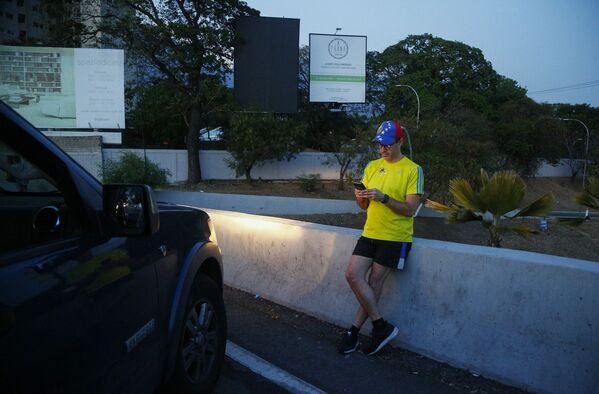 Abitante di Caracas si ferma in autostrada dove riceve il segnale per il cellulare - Sputnik Italia