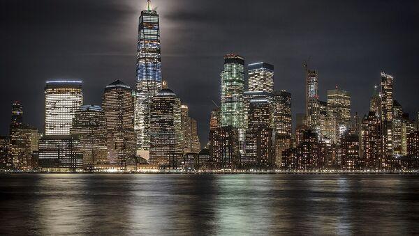 Полная луна освещает небо за Всемирным торговым центром в Нью-Йорке, США - Sputnik Italia