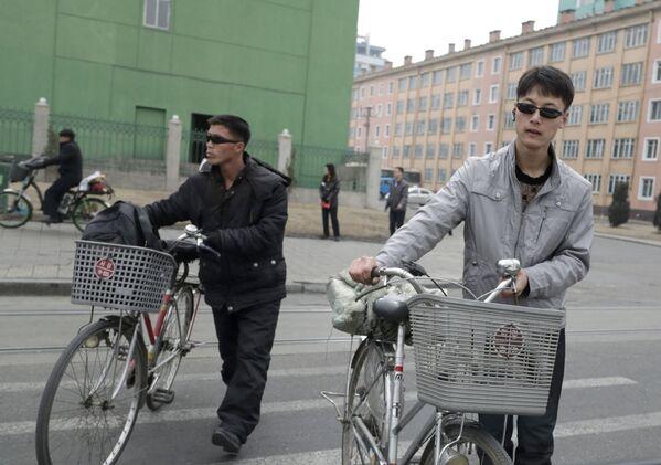 Due cittadini di Pyongyang attraversano una strada della capitale nordcoreana - Sputnik Italia