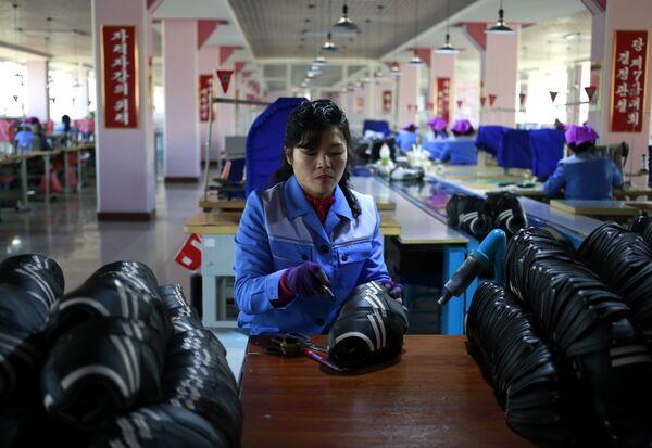 Un'operaia della fabbrica di scarpe Ryuwon di Pyongyang  - Sputnik Italia