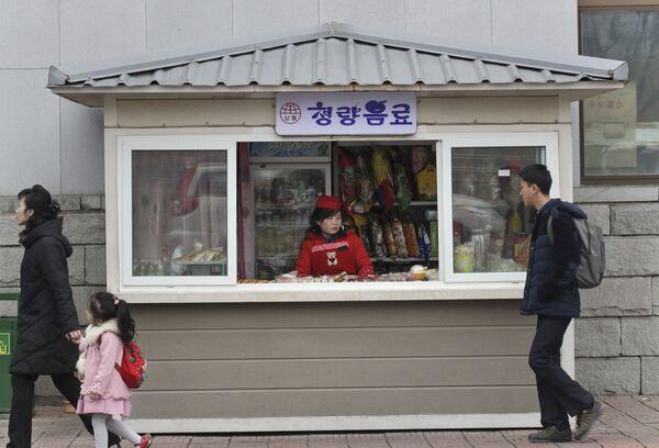 Un chiosco con cibo di strada in una via di Pyongyang - Sputnik Italia