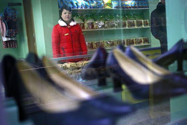 Una commessa in un negozio di scarpe di Pyongyang - Sputnik Italia
