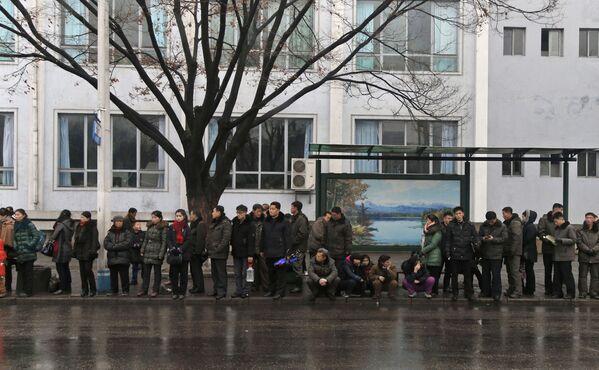 Persone in coda alla fermata del pulmann di Pyongyang - Sputnik Italia