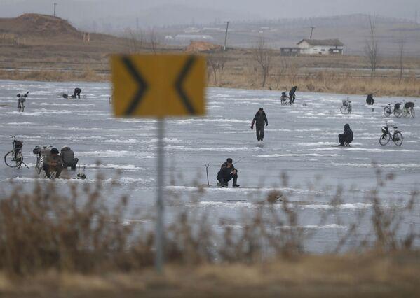 Pesca nel ghiaccio sul lago Nampo in Corea del Nord - Sputnik Italia