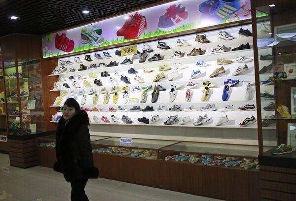 Il negozio di scarpe della fabbrica Ryuwon, specializzata in scarpe casual e sportive, a Pyongyang - Sputnik Italia