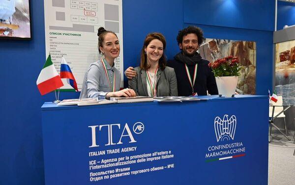 Lo staff ICE Mosca insieme a Lino Pietropaolo di Confindustria Marmomacchine - Sputnik Italia