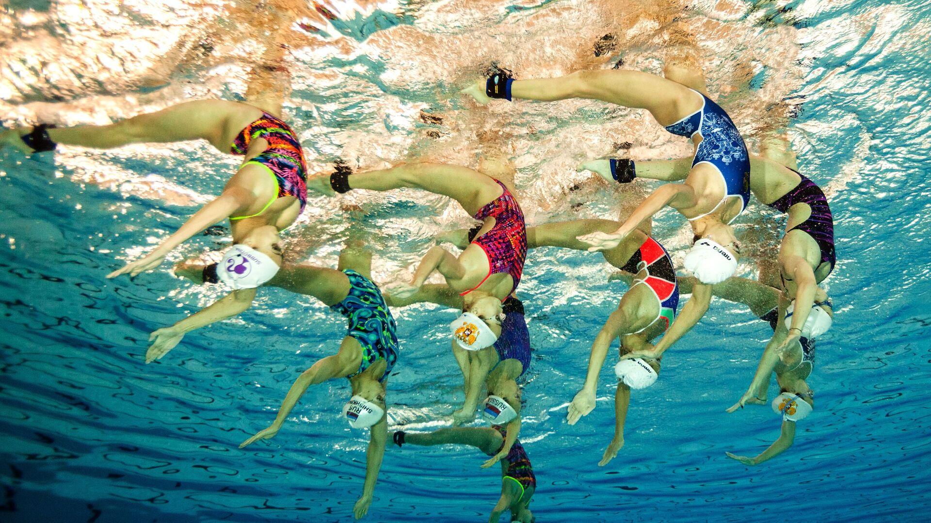 La nazionale russa di nuoto sincronizzato durante un allenamento. - Sputnik Italia, 1920, 01.07.2021