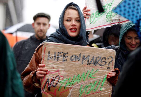 Una donna partecipa alla manifestazione sui cambiamenti climatici ad Amsterdam, Olanda. - Sputnik Italia