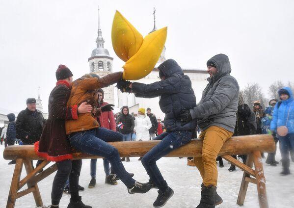 Battaglia di cuscini durante i festeggiamenti della quinquagesima a Suzdal, Russia. - Sputnik Italia