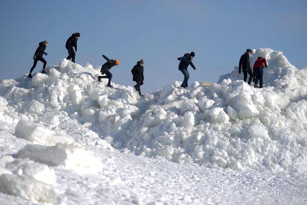 Banchi di ghiaccio nel golfo di Finlandia nella regione di Leningrad, Russia. - Sputnik Italia