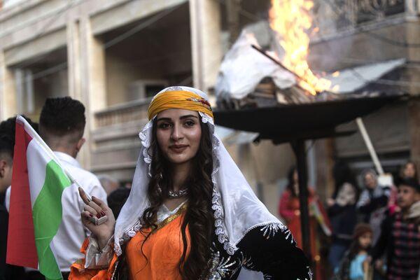 Una donna curda durante le celebrazioni del Nowruz 2019 nella città di Qamishly, in Siria - Sputnik Italia