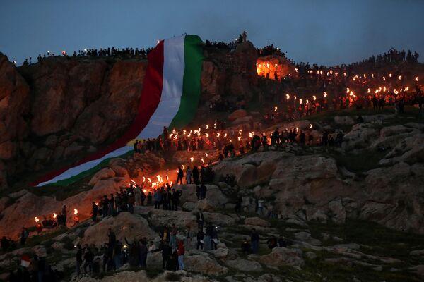 La comunità di Duhok festeggia il Nowruz con una fiaccolata sulla montagna di Akra, nel Kurdistan iracheno, la sera del 20 marzo - Sputnik Italia