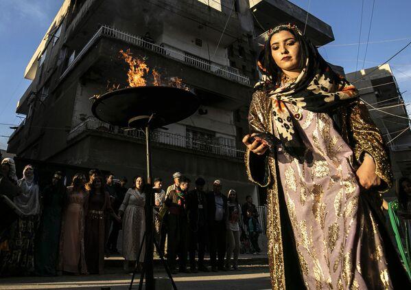 Una donna curda durante i festeggiamenti per il Nowruz nelle strade di Qamishly, in Siria - Sputnik Italia