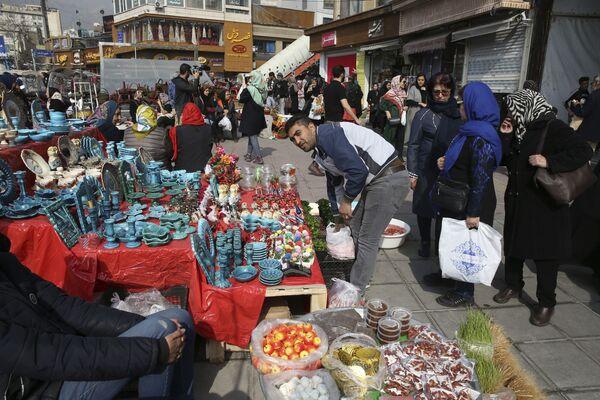 Bancarelle con i prodotti tipici per la festa del Nowruz a Teheran - Sputnik Italia