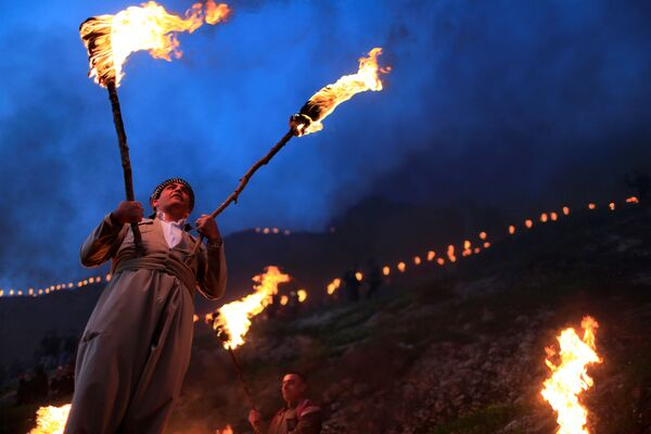 Iran, Chaharshanbe Suri, la festa del fuoco nel mercoledì prima del Nowruz: per le strade vengono creati del falò e la tradizione vuole che li si superi con un salto, simboleggiando il gesto di lasciarsi alle spalle l'anno vecchio e tutte le difficoltà - Sputnik Italia