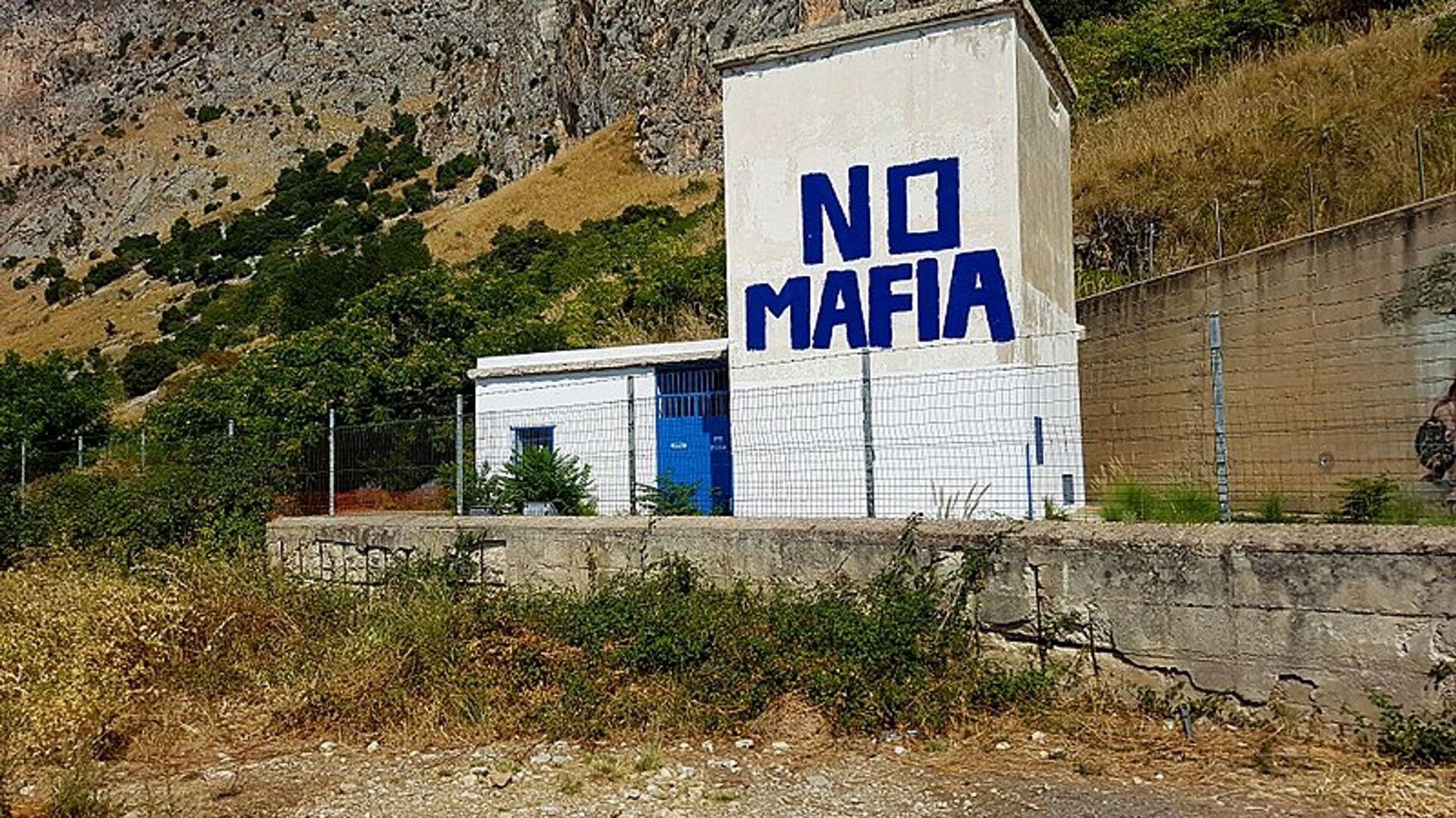 Un murales contro la mafia nel luogo dove il 23 maggio 1992 venne azionato l'ordigno che fece saltare in aria l'auto su cui viaggiava il giudice Giovanni Falcone  - Sputnik Italia, 1920, 23.09.2021