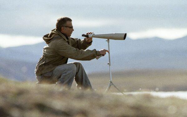 Ornitologo studia le oche bianche al parco naturale isola di Wrangel - Sputnik Italia