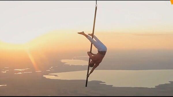 La pole dance in aria: un acrobata russo fa dei trucchi agghiaccianti sospeso su una mongolfiera - Sputnik Italia