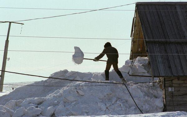 Abitante dell'isola spala la neve per uscire di casa (1980) - Sputnik Italia