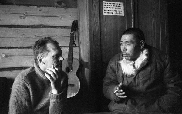 1936 - l'aviatore Leonard Kruze con uno dei primi abitanti dell'isola di Wrangel - Sputnik Italia