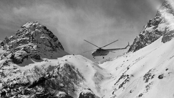 Un elicottero impiegato nelle operazioni di salvataggio dopo il distacco di una lavina - Sputnik Italia