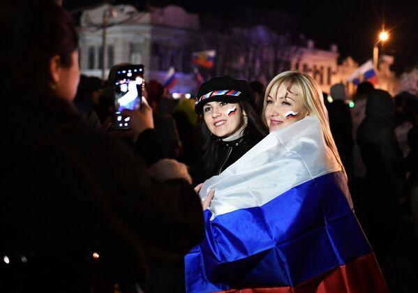 Gli spettarori fanno le foto durante il concerto per il quinto anniversario dell'adesione della Crimea alla Russia. - Sputnik Italia