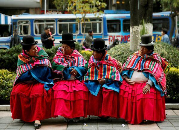Женщины индейской народности кечуа отдыхают во время митинга в защиту сообщества Qhara Qhara в городе Ла-Пас, Боливия - Sputnik Italia