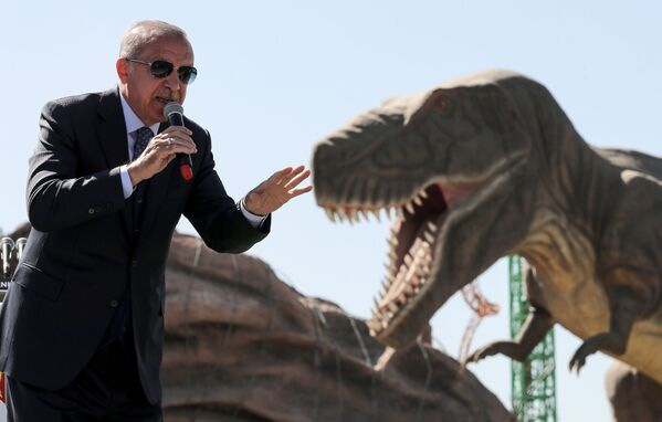 Presidente turco Recep Tayyip Erdogan davanti alla figura di un dinosauro nel corso dell'apertura del parco Paese delle Maraviglie Eurasia ad Ankara, Turchia. - Sputnik Italia