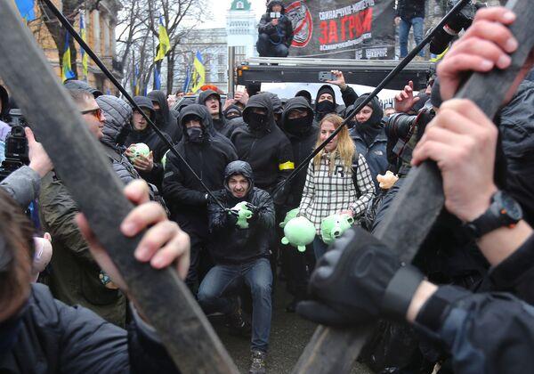 Partecipanti all'azione del Corpo Nazionale contro la corruzione, in Piazza della Libertà a Kiev. - Sputnik Italia