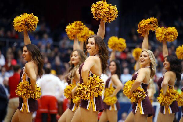 Cheerleaders della squadra di basket non statale dell'Arizona State Sun Devils durante una performance al gioco contro St. John's Red Storm a Dayton, Ohio - Sputnik Italia