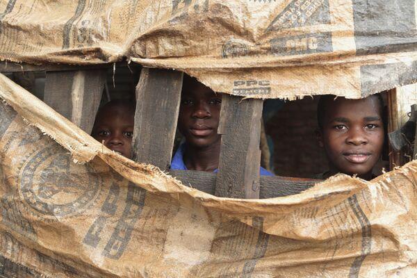 Bambini in un rifugio temporaneo a Chimanimani, nello Zimbabwe - Sputnik Italia