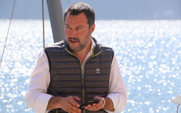 Il ministro dell'Interno e vicepremier Matteo Salvini parla a Evgeny Utkin al margine del Forum Confcommercio - Sputnik Italia