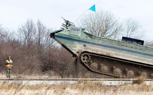 Il mezzo anfibio da trasporto PTS-2 delle truppe di terra della Flotta Baltica  - Sputnik Italia