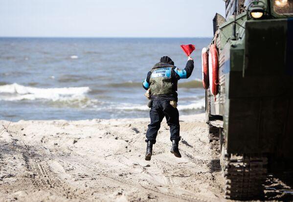 Un soldato delle truppe di terra della Flotta del Mar Baltico impartisce indicazioni ad un mezzo anfibio usato per simulare uno sbarco  - Sputnik Italia