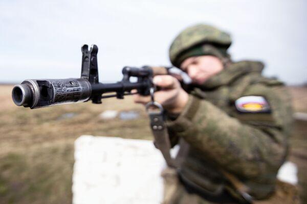 Un soldato delle truppe di terra della Flotta del Mar Baltico prende la mira - Sputnik Italia